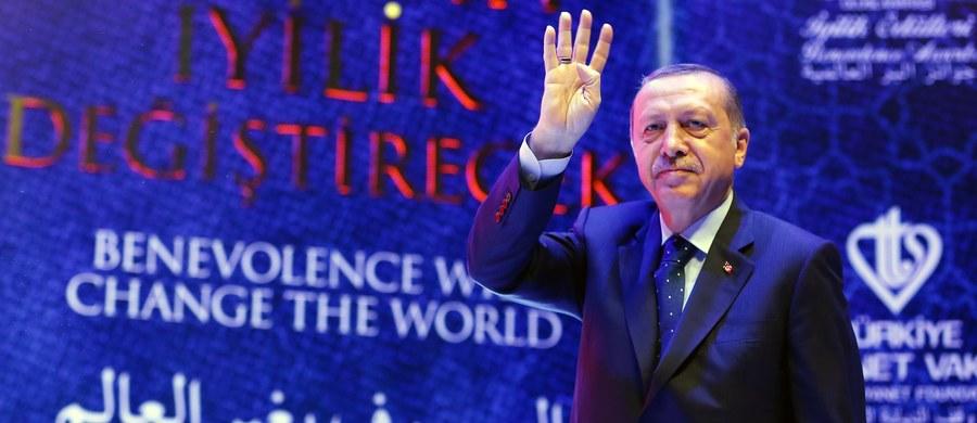 Prezydent Turcji Recep Tayyip Erdogan zarzucił kanclerz Niemiec Angeli Merkel wspieranie terroryzmu, co przejawia się - jego zdaniem - w niedostatecznym zwalczaniu zakazanej Partii Pracujących Kurdystanu (PKK). Zagroził również Holandii sankcjami i pozwaniem jej przed Europejski Trybunał Praw Człowieka w związku z niedopuszczeniem na jej terytorium do publicznych wystąpień dwojga tureckich ministrów.