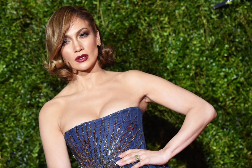 Jennifer Lopez nie potrafiła ukryć swojego zmieszania, po tym jak temat jednego z wywiadów telewizyjnych zszedł na Drake'a.