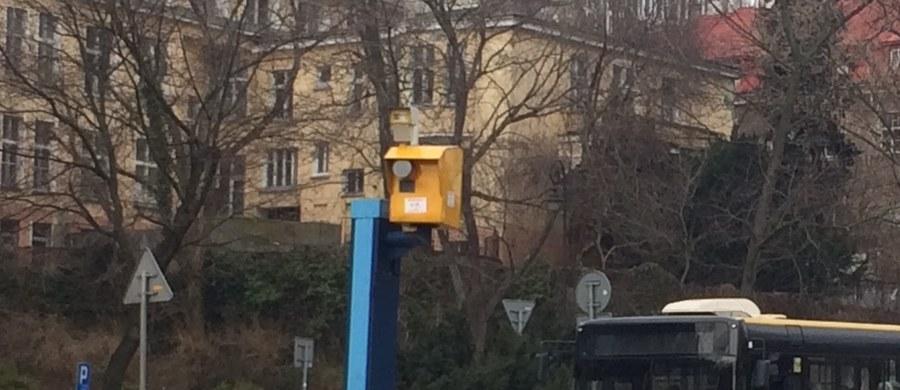 Na ulicy Armii Krajowej w Wesołej, ulicy Spacerowej na Mokotowie i Moście Gdańskim - w tych miejscach w pierwszej kolejności zostaną włączone fotoradary w Warszawie. Wszystkie zostaną uruchomione w najbliższy poniedziałek.