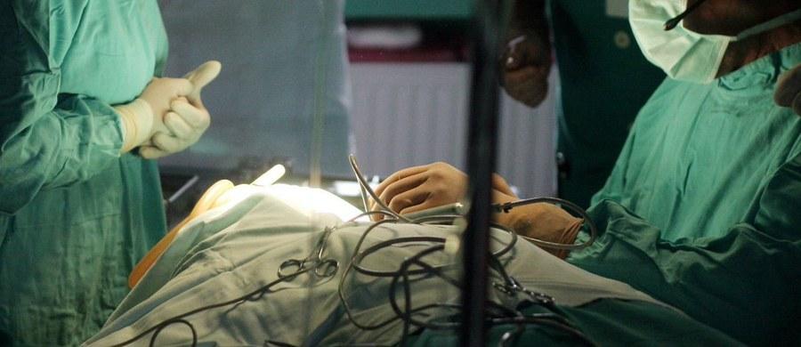 Szczegółowe badania medyczne mają pomóc w wyjaśnieniu śmierci 34-letniej kobiety, która zmarła dwa dni po zabiegu chirurgii plastycznej. Przeprowadzono go 6 marca w jednej z częstochowskich placówek. Prokuratura Rejonowa Częstochowa-Północ prowadzi teraz śledztwo w sprawie nieumyślnego spowodowania śmierci - dowiedział się reporter RMF FM Marcin Buczek. Zawiadomienie o przestępstwie złożył partner zmarłej kobiety.