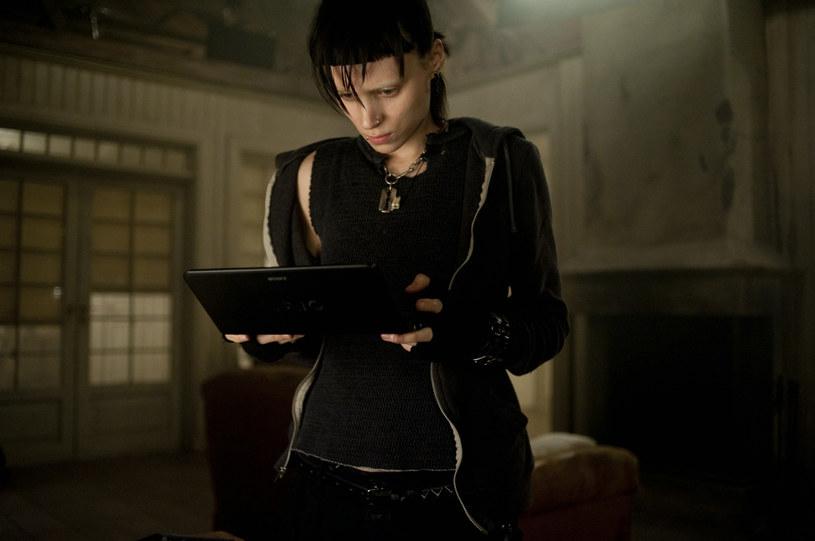 """Na 5 października 2018 roku wyznaczono datę premiery """"The Girl in the Spider's Web"""", wielkiego kinowego powrotu Lisbeth Salander. Zdjęcia do filmu ruszą w sierpniu, za reżyserię odpowiedzialny jest Fede Alvarez, twórca zeszłorocznego hitu """"Nie oddychaj""""."""