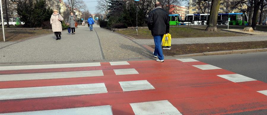 To, czy biało-czerwone przejścia dla pieszych są zgodne z Konstytucją, powinien zbadać sąd, a rada miasta - na razie ta w Szczecinie - powinna zakazać ich malowania. Taki wniosek trafił do szczecińskiego magistratu. Jak argumentuje autor pisma, przechodzenie po takim przejściu to profanacja barw narodowych.