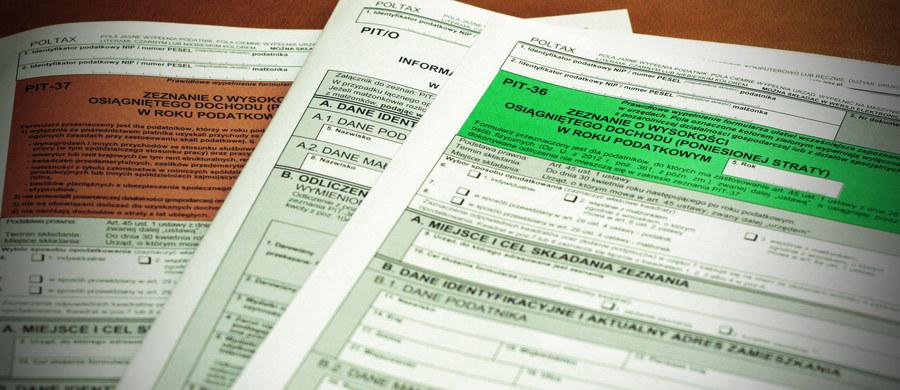 Podatnicy będą mogli skorzystać z rozliczenia PIT przez urząd skarbowy, będą też mogli wchodzić na stronę portalu podatkowego za pośrednictwem własnego internetowego konta w banku lub SKOK-u - takie będą skutki noweli ustawy o PIT, którą podpisał prezydent Andrzej Duda. Wnioski o sporządzenie zeznania mogłyby być składane przez portal podatkowy i skrzynkę ePUAP. Rozliczenie PIT-a przez urząd skarbowy można będzie złożyć także przez system e-Deklaracje.