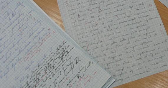 Stara zasada mówi: trening czyni mistrza. Także mistrza ortografii. Przed III Ogólnopolskim Dyktandem Krakowskim sprawdźcie, czy jesteście w formie! Wynik 50 na 50 nie powinien Was zniechęcać. Koniecznie pochwalcie się w komentarzach, jak Wam poszło!