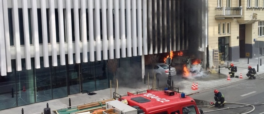 Dwie osoby zostały poparzone w pożarze samochodu dostawczego na wjeździe do parkingu podziemnego przy ulicy Litewskiej w Warszawie. Przez ogień z pobliskiego budynku Ministerstwa Spraw Zagranicznych trzeba było ewakuować 300 osób, które nie wróciły już tego dnia do pracy. Budynek MSZ w wyniku pożaru nie uległ uszkodzeniu.