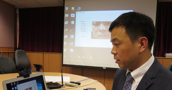 Naukowcy z Hong Kong Baptist University proponują nowy system bezpieczeństwa, zwiększający wiarygodność wypowiadanych głosowo haseł dostępu. Opracowana przez nich aparatura nie tylko rozpoznaje wypowiadane hasło, ale identyfikuje także unikatowy ruch ust osoby, która je wypowiada. W rezultacie nawet wykradzenie hasła nie daje możliwości złamania systemu zabezpieczeń, ponieważ nikt nie jest w stanie podrobić ruchu ust innej osoby.