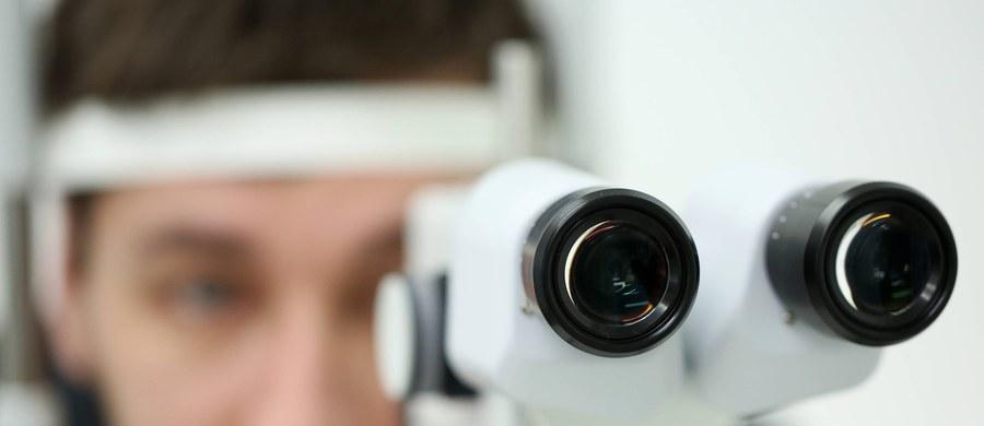 750 tysięcy osób w Polsce choruje na jaskrę - wynika z danych Polskiego Towarzystwa Okulistycznego. To więcej niż liczba mieszkańców Poznania czy Wrocławia. Nieleczona jaskra prowadzi do zaniku nerwu wzrokowego i nieuleczalnej utraty wzroku. Właśnie ta choroba, obok urazów oka, jest najczęstszą przyczyną ślepoty.