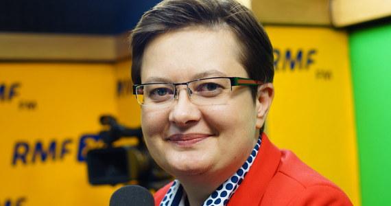 """""""Jeżeli Platforma Obywatelska rzeczywiście chce naszego poparcia, to powinna nam przekazać informacje o tym, kto jest kandydatem na premiera. (…) Jeżeli chcą poważnie z nami porozmawiać, to Sławomir Neumann zna numer telefonu do mnie"""" – powiedziała Katarzyna Lubnauer w Popołudniowej rozmowie w RMF FM, komentując kwestię poparcia wniosku o konstruktywne wotum nieufności dla rządu Beaty Szydło zaproponowanego przez PO. """"PO uwielbia zaskakiwać nas informacjami poprzez media; Platforma mówi o współpracy dużo, ale są to głównie informacje medialne"""" – dodała rzeczniczka Nowoczesnej. Lubnauer broniła także wniosku Nowoczesnej w sprawie odwołania Mariusza Błaszczaka ze stanowiska szefa MSWiA po wypadku limuzyny Beaty Szydło. Jak poinformowała, liczba podpisów zabranych pod tym wnioskiem przekroczyła już liczbę posłów klubu Nowoczesnej, ale - jak następnie przyznała - """"bez porozumienia, na przykład z PO"""" wymaganej liczby podpisów, czyli 69, zebrać się nie uda."""