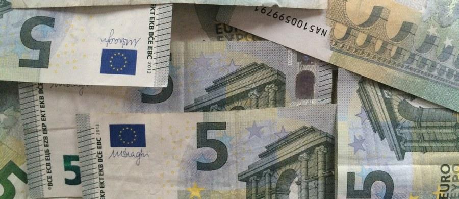 Ugrupowania eurosceptyczne, które nawołują do rozwiązania UE, nie powinny otrzymywać funduszy unijnych - uważa szef frakcji chadeckiej Europejskiej Partii Ludowej w PE Manfred Weber. Zwrócił się do Komisji Europejskiej o propozycję zmiany prawa w tej sprawie.