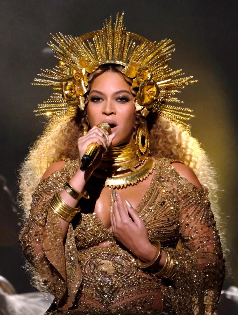 Beyonce, mimo iż publicznie ogłosiła, że spodziewa się bliźniąt, wciąż nie ujawniła, jakiej płci będą jej pociechy. Internauci dostrzegli jednak pewien szczegół na jej zdjęciu, który według nich wszystko wyjaśnia.