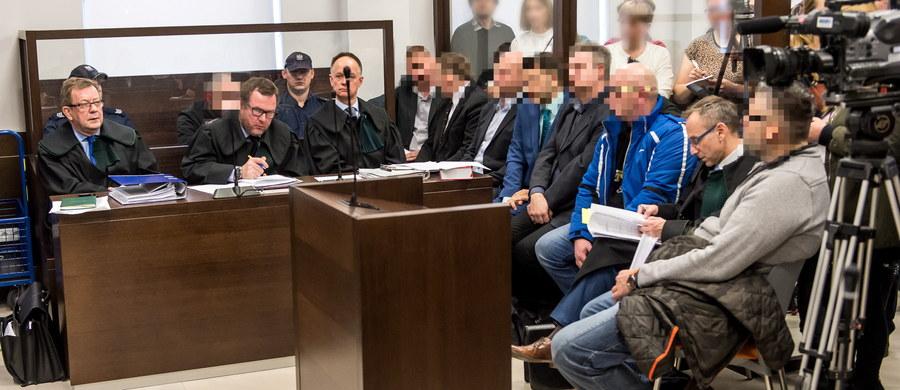 Strażnicy więzienni obok osadzonych na jednej ławie oskarżonych. We Wrocławiu ruszył proces w sprawie korupcji i pobić w Zakładzie Karnym nr 1. Strażnicy za pieniądze mieli także pozwalać więźniom na seks z kobietami osadzonymi w żeńskiej części więzienia. Łącznie na ławie oskarżonych  zasiadło siedem osób - czterech byłych strażników oraz trzech byłych i obecnych więźniów.