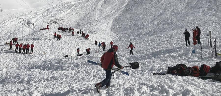 Czterech szwajcarskich narciarzy wysokogórskich zginęło wskutek zejścia w środę dużej lawiny ze szczytu Jochgrubenkopf w austriackim Tyrolu - poinformowały służby ratownicze.