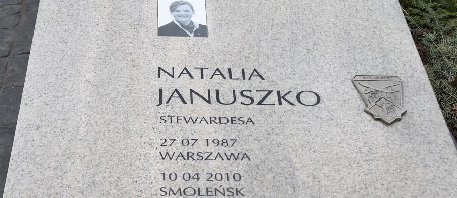 Na warszawskich Powązkach Wojskowych ekshumowano z grobu stewardessę Natalii Januszko, która zginęła w katastrofie smoleńskiej - poinformowała rzeczniczka Prokuratury Krajowej prokurator Ewa Bialik. Ciało zostanie przewiezione do Lublina, gdzie zostanie poddane badaniom.