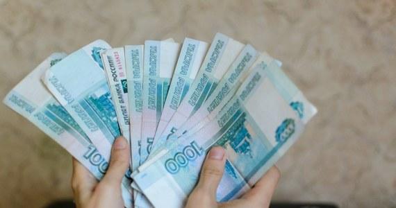 """O 75 procent w ciągu roku wzrosła w Rosji średnia łapówka. To jeden z najbardziej skorumpowanych krajów na świecie i bez """"koperty"""" nie można tam nic załatwić.  Dane ws. łapówek pochodzą z rządowych statystyk Głównego Zarządu Ekonomicznego Bezpieczeństwa i Walki z Korupcją MSW Rosji."""