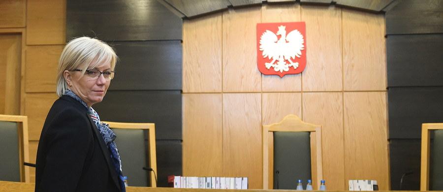 Skład Trybunału Konstytucyjnego orzekł, że nie ma jakichkolwiek przesłanek, by wyłączyć sędziego Michała Warcińskiego z orzekania ws. nowelizacji Prawa o zgromadzeniach - oświadczyła na konferencji prasowej po ogłoszeniu wyroku prezes TK Julia Przyłębska. Obecność Warcińskiego w składzie orzekającym wywołała kontrowersje, bowiem w chwili uchwalania ustawy opiniował ją jako szef Biura Analiz Sejmowych.