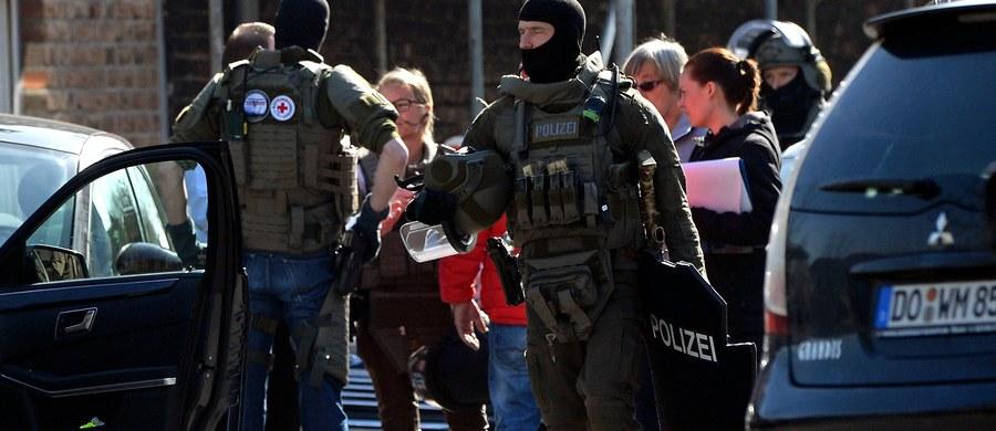 W związku z napadem na bank w niemieckim Duisburgu przesłuchano dwie osoby. Rano uzbrojony napastnik przetrzymywał w budynku Sparkasse dwójkę pracowników. Policja poinformowała, że z placówki zrabowano dużą sumę pieniędzy.