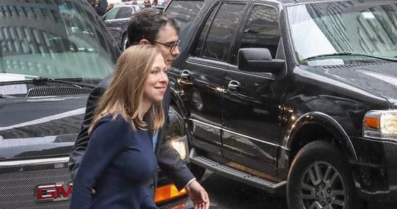 """Nie jest wykluczone, że Chelsea Clinton, córka Hillary i Billa Clintonów, pójdzie w ślady rodziców - o spekulacjach nt. politycznej przyszłości byłej Pierwszej Córki USA pisze w swym internetowym wydaniu gazeta """"The Hill"""". Okazją do wkroczenia w świat wielkiej polityki mogłyby być dla 37-latki przyszłoroczne wybory do Kongresu."""