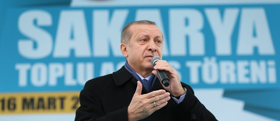 Prezydent Turcji Recep Tayyip Erdogan oświadczył, że Europa rozpoczęła wojnę krzyżową przeciwko islamowi. W ten sposób odniósł się do decyzji Trybunału Sprawiedliwości Unii Europejskiej, który zezwolił, aby pracodawcy zabraniali muzułmankom noszenia chust w pracy. Erdogan podkreślił też, że władze Holandii utraciły przyjaźń Ankary w związku z wydarzeniami z zeszłego tygodnia.