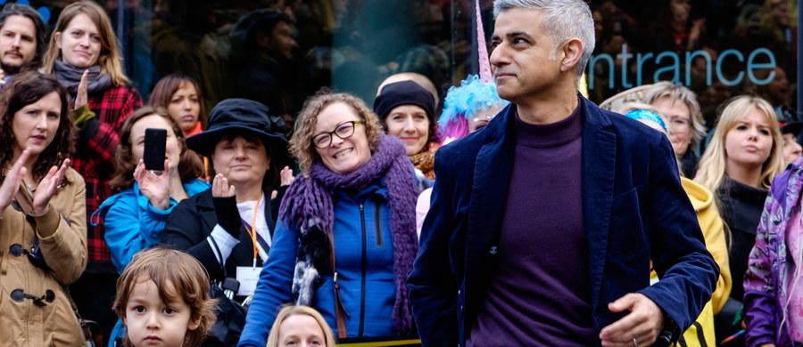 Burmistrz Londynu Sadiq Khan zaapelował do brytyjskiej premier Theresy May o udzielenie jednostronnych gwarancji dla obywateli Unii Europejskiej mieszkających na Wyspach. Chodzi o utrzymanie praw tych osób po wyjściu Wielkiej Brytanii z Unii Europejskiej.