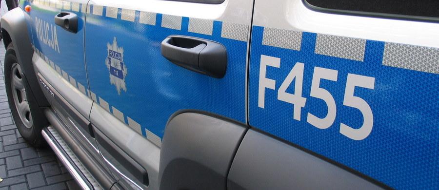 Policja bada okoliczności wypadku, do którego doszło w nocy w Ostrowie Wielkopolskim. Nieoznakowany radiowóz zderzył się z toyotą. Ciężko rannych zostało dwóch policjantów i kierowca toyoty.