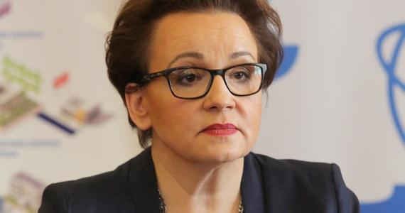 Minister edukacji Anna Zalewska podpisała w piątek rozporządzenie w sprawie ramowych planów nauczania dla 8-letniej szkoły podstawowej, 4-letniego liceum ogólnokształcącego, 5-letniego technikum, szkół branżowych oraz szkół specjalnych przysposabiających do pracy. Nowe ramowe plany nauczania określają tygodniową liczbę godzin obowiązkowych zajęć edukacyjnych i zajęć z wychowawcą w poszczególnych klasach danego typu szkoły.