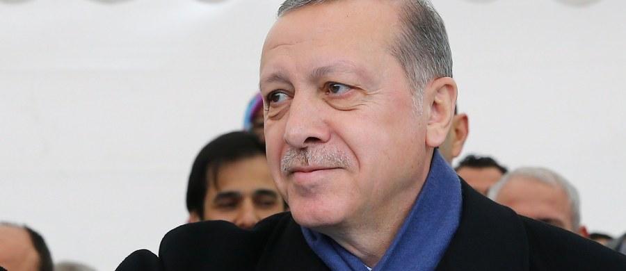 """Prezydent Turcji Recep Tayyip Erdogan ponowił po raz kolejny zapowiedź przywrócenia w kraju kary śmierci, zniesionej w 2004 roku. """"Mordercy i ci, którzy ich popierali, doczekają się kary"""" - powiedział, nawiązując do próby zamachu stanu z lipca ub. roku."""