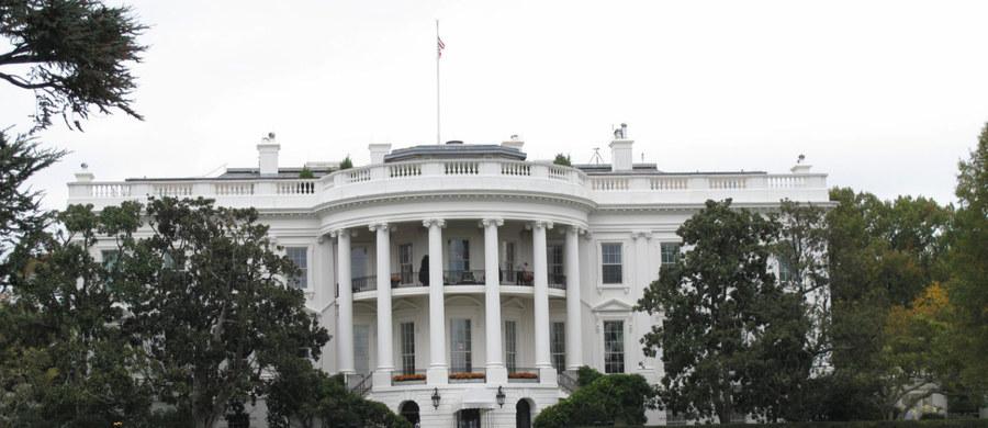 Jedna osoba została zatrzymana po tym, jak podejrzany pojazd podjechał do punktu kontrolnego przed Białym Domem - poinformował Secret Service. Według CNN kierowca auta twierdził, że przewozi bombę.