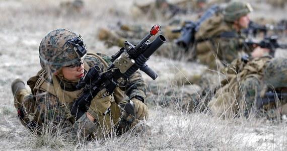 """Sekretarz generalny NATO w rozmowie z RMF FM potwierdził, że rozmieszczanie batalionów w Europie Środkowo-Wschodniej przebiega zgodnie z planem. """"Podjęliśmy zdecydowane kroki, by przystosować się do nowych wyzwań w postaci Rosji i terroryzmu. Nasza obecność (w Europie Środkowo-Wschodniej) będzie rotacyjna, ale żołnierze pozostaną na miejscu tak długo, jak to będzie konieczne"""" - zadeklarował Jens Stoltenberg. Jak zaznaczył, Sojusz wykona kluczowe zadanie, jakim jest zwiększenie wydatków obronnych. """"Wychodzimy na prostą. Nasza obietnica zostanie spełniona"""" - podkreślił. Szef NATO docenił także wysiłek Polski w tej sprawie. """"Polska to siła napędowa, państwo znajduje się w czołówce Sojuszu pod względem wydatków; dajecie dobry przykład innym krajom"""" - stwierdził."""