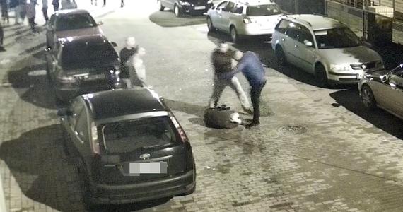 """Policja w Płońsku (woj. mazowieckie) ma wyjaśnić okoliczności brutalnego pobicia mężczyzny przed Miejskim Centrum Kultury. Informację o tym zdarzeniu dostaliśmy na Gorącą Linię RMF FM. Gdy kilkunastu młodych ludzi opuszczało lokal, jeden z nich został uderzony w twarz. Napastnik brutalnie kopał go w głowę, na co nikt inny nie reagował. """"Dobrze, że jego kolega, tego co bił, starał się bijącego oderwać, bo nie wiem, co by z nim zrobił"""" - mówi Sławomir Sobiesiak z Miejskiego Centrum Kultury w Płońsku."""