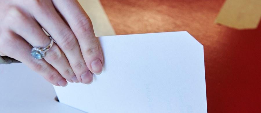 Mieszkańcy blisko 19-tysięcznych Pionek k. Radomia na Mazowszu w referendum wypowiadają się dziś na temat odwołania burmistrza miasta Romualda Zawodnika. Wyniki głosowania mogą być znane w niedzielę przed północą.
