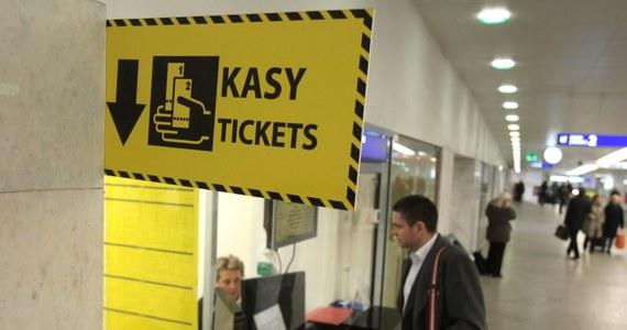 Planujesz podróż pociągami z kilkoma przesiadkami? Już niedługo wystarczy ci jeden bilet. Nowy prezes PKP SA Krzysztof Mamiński zapowiada, że w ciągu najbliższych miesięcy w końcu pojawi się zapowiadany od lat wspólny bilet.