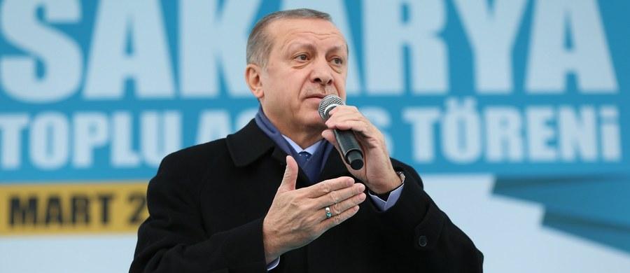 """""""Porozumienie UE z Ankarą w jego najważniejszej części, dotyczącej możliwości odsyłania przez kraje UE obywateli krajów trzecich z powrotem do Turcji, nie działa"""" - oceniła w publicznym radiu wiceprezydent Ilijana Jotowa. """"W związku z pogróżkami tureckiego prezydenta Recepa Tayyipa Egdogana nadszedł czas, by Unia Europejska przeanalizowała porozumienie z Turcją sprzed roku"""" - podkreśliła Jotowa."""