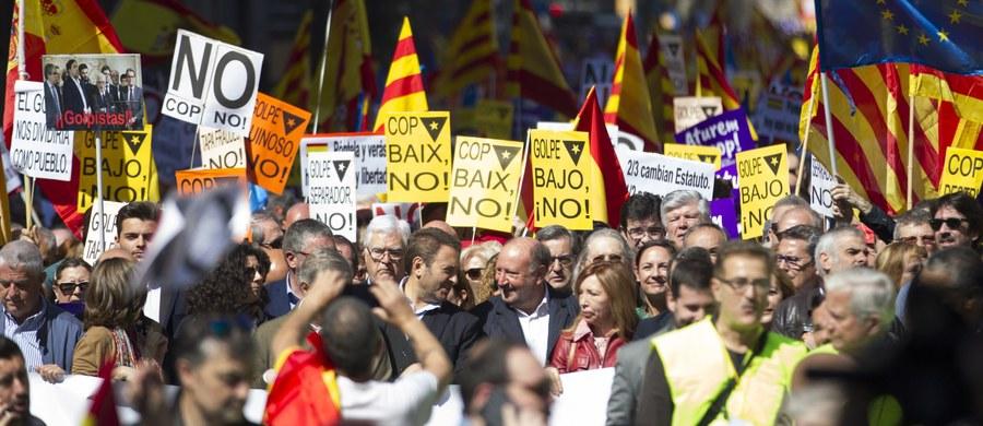 Kilka tysięcy osób demonstrowało w niedzielę w Barcelonie przeciwko planom katalońskiego rządu, który chce odłączenia Katalonii od Hiszpanii i mimo sprzeciwu Madrytu planuje referendum niepodległościowe.