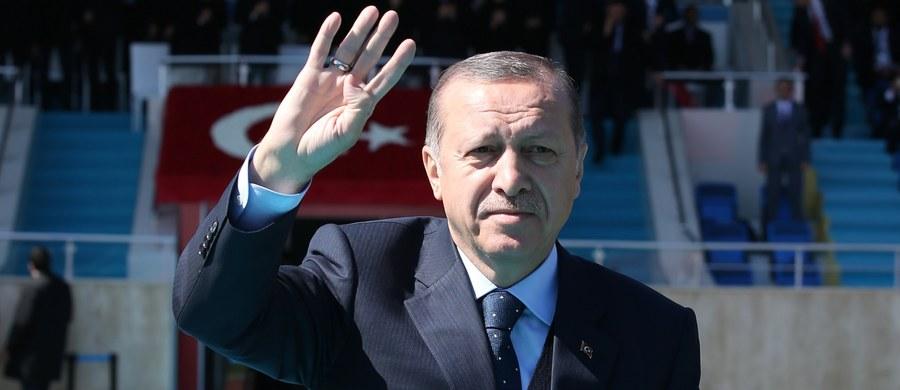 """Prezydent Turcji Recep Tayyip Erdogan ponownie oskarżył w niedzielę Niemcy i niemiecką kanclerz Angelę Merkel o """"nazistowskie praktyki"""". Powodem do tego oskarżenia stał się wydany przez niemieckie władze zakaz organizowania w Niemczech wieców politycznych przed tureckim referendum konstytucyjnym wyznaczonym na 16 kwietnia. Szef niemieckiej dyplomacji Sigmar Gabriel uznał, że """"przekroczona została granica""""."""