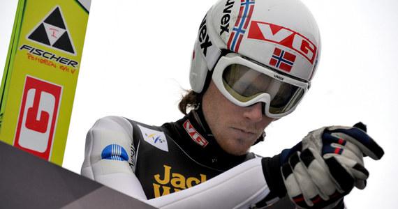 Bjoern Einar Romoeren, dwukrotny mistrz świata w lotach narciarskich i były rekordzista w długości skoku, stracił w niedzielę prawo jazdy. Powodem było zbyt huczne świętowanie przez niego sobotniego konkursu w Vikersund, gdzie padły kolejne rekordy.