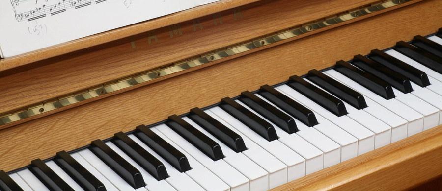 Worek pełen złotych monet znaleźli pracownicy warsztatu zajmującego się naprawą pianin w hrabstwie Shropshire w Wielkiej Brytanii. Wyprodukowany w 1908 roku instrument marki Broadwood & Sons miał zostać odrestaurowany i nastrojony.