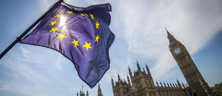 """Przedstawiciel brytyjskiego rządu przy Unii Europejskiej Tim Barrow powiadomił unijne instytucje, że 29 marca premier Theresa May wyśle oficjalny list informujący o zamiarze opuszczenia Wspólnoty - podało Downing Street. """"Prawa Polaków po Brexicie powinny być zagwarantowane; mamy nadzieję, że stanowisko polskiego rządu będzie elementem stanowiska całej RE na temat Brexitu"""" - skomentował następnie rzecznik rządu Rafał Bochenek."""