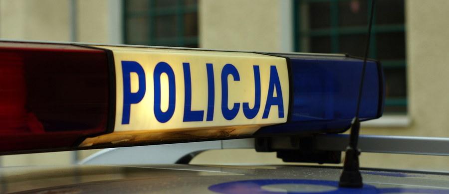 Szczecińska policja szuka sprawcy ataku żrącą substancją. Dziś rano, w centrum Szczecina idący na siłownię mężczyzna został oblany najprawdopodobniej kwasem - informuje reporterka RMF FM Aneta Łuczkowska.