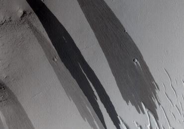 """Tajemnicze """"strumienie"""" na Marsie. Naukowcy wysunęli nową hipotezę"""