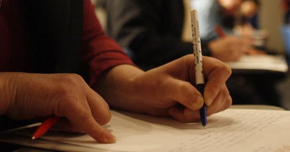 """Oto druga część naszych lekcji ortografii przygotowanych przez dr hab. Mirosławę Mycawkę - autorkę tegorocznego tekstu, który 25 marca napiszą uczestnicy Dyktanda Krakowskiego. Dziś o pisowni liczebnika """"pół""""."""