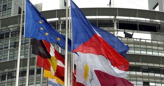 Ministrowie i dyplomaci z 27 państw Unii Europejskiej bez Wielkiej Brytanii pracują nad ostateczną treścią Deklaracji Rzymskiej, która zostanie uroczyście podpisana w sobotę w stolicy Włoch. Projekt dokumentu akcentuje jedność, ale i uchyla furtkę dla Unii wielu prędkości.