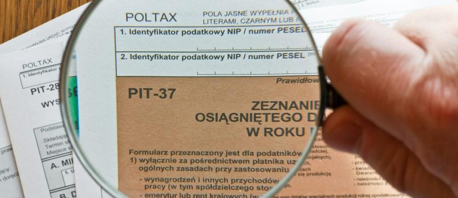 """W najbliższy weekend 24 i 25 marca w galeriach handlowych na terenie kraju będzie można wypełnić PIT i wysłać go elektronicznie. Akcja odbędzie się w 72 miastach w Polsce. """"Zeznania w formie papierowej nie będą przyjmowane"""" - poinformowało Ministerstwo Finansów."""