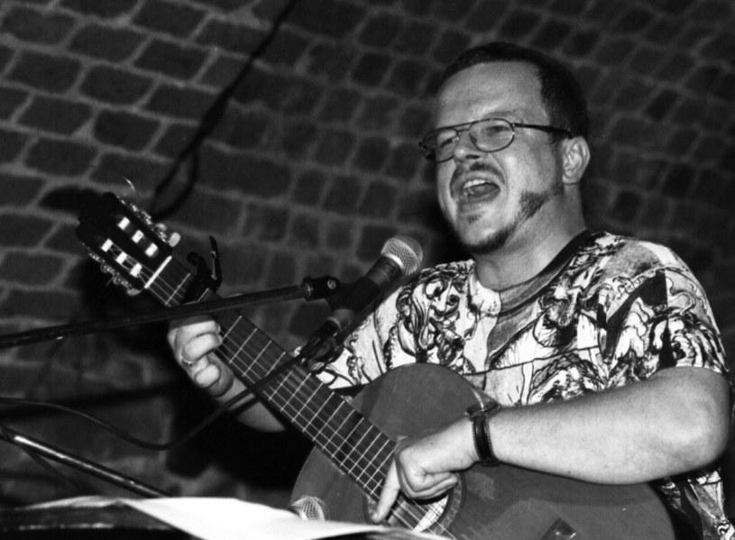 """Gdyby żył, 22 marca skończyłby 60 lat. Jacek Kaczmarski - poeta, gitarzysta i autor piosenek. Uznawany był za barda """"Solidarności""""."""