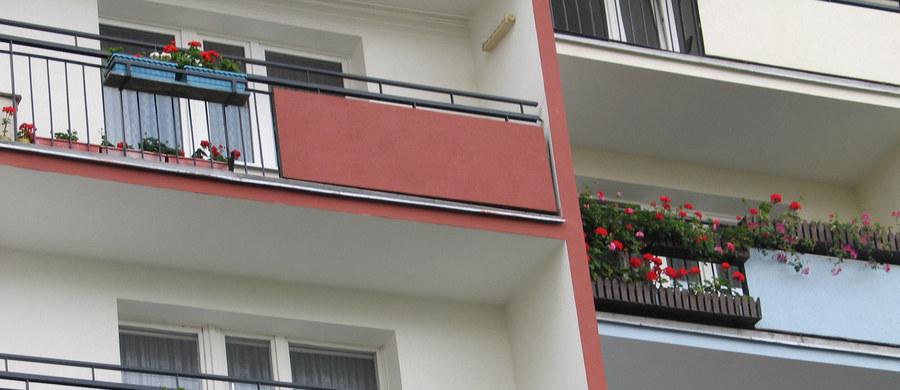 Policja wyjaśnia okoliczności nieszczęśliwego wypadku w Sosnowcu. We wtorek wieczorem z balkonu mieszkania na piątym piętrze wypadł niespełna dwuletni chłopiec. Dziecko trafiło do szpitala.