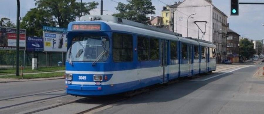 Policjanci w Krakowie badają sprawę uszkodzenia szyby tramwaju w okolicach stadionu Korony.