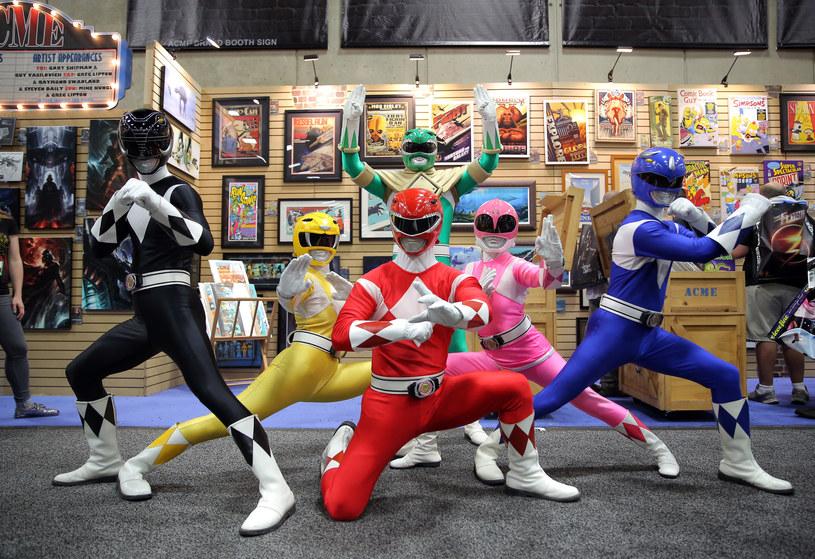 """Jeśli czyjeś dzieciństwo przypadło na lata 90. XX wieku, na pewno kojarzy """"Power Rangers"""". Amerykański serial dla młodzieży o grupie nastolatków, którzy przyodziewają kolorowe kostiumy i walczą ze złem przy pomocy sztuk walki i ogromnych maszyn zwanych zordami, pokazywany był w Polsce przez kilka stacji telewizyjnych, a na jego liczne spin-offy i kontynuacje można trafić nawet dziś. 24 marca na ekranach polskich kin pojawi się filmowa adaptacja w reżyserii Deana Israelite'a, oparta o pierwszy sezon przygód Wojowników Mocy. Przy tej okazji warto przypomnieć sobie ten światowy fenomen."""