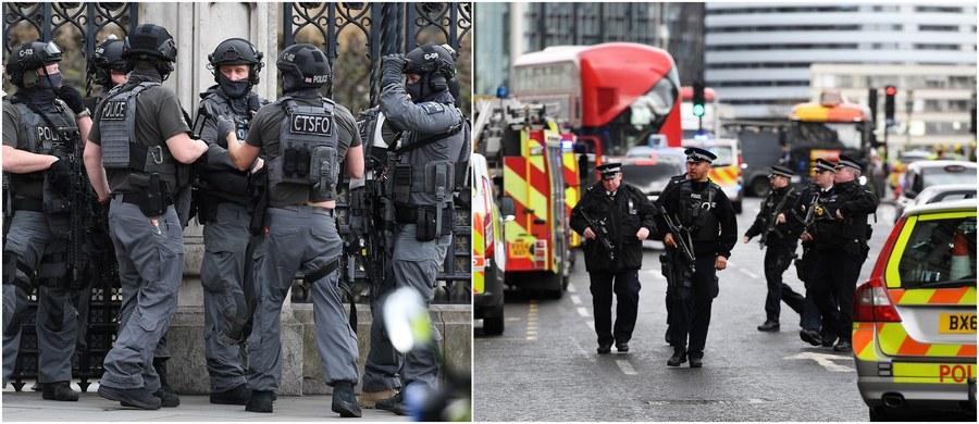 4 zabitych, wśród nich policjant i napastnik, i 29 rannych - to oficjalny już, tragiczny bilans środowego zamachu terrorystycznego w centrum Londynu. Około 14:40 czasu miejscowego napastnik wjechał samochodem w ludzi na Moście Westminsterskim, a później próbował dostać się na teren brytyjskiego parlamentu, raniąc śmiertelnie nożem policjanta. Wkrótce potem został zastrzelony. BBC opublikowała na Twitterze nagrania wideo, na których widać moment ataku, jak i chwile tuż po nim. Zobaczcie.