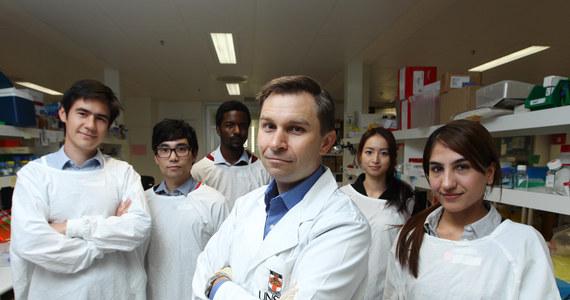"""Naukowcy z University of New South Wales w Sydney odkryli mechanizm komórkowy, którego wykorzystanie może pomóc w stworzeniu leku opóźniającego, a może nawet do pewnego stopnia cofającego efekty starzenia. W najnowszym numerze czasopisma """"Science"""" opisują krytyczny etap procesu, który umożliwia komórkom naprawę uszkodzonego DNA. Procedura, którą z myślą o podróży na Marsa już zainteresowała się NASA, może zostać poddana testom z udziałem ludzi już w ciągu pół roku."""