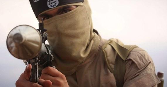 Władze Jordanii oficjalnie potwierdziły, że zatrzymany dwa lata temu przez ich służby mężczyzna to Polak Adam al-N. - dowiedział się reporter RMF FM. Adam al-N. jest ścigany w Polsce za udział w walkach w Syrii po stronie Państwa Islamskiego. Na razie to niemożliwe, by mężczyzna został przekazany Polsce.
