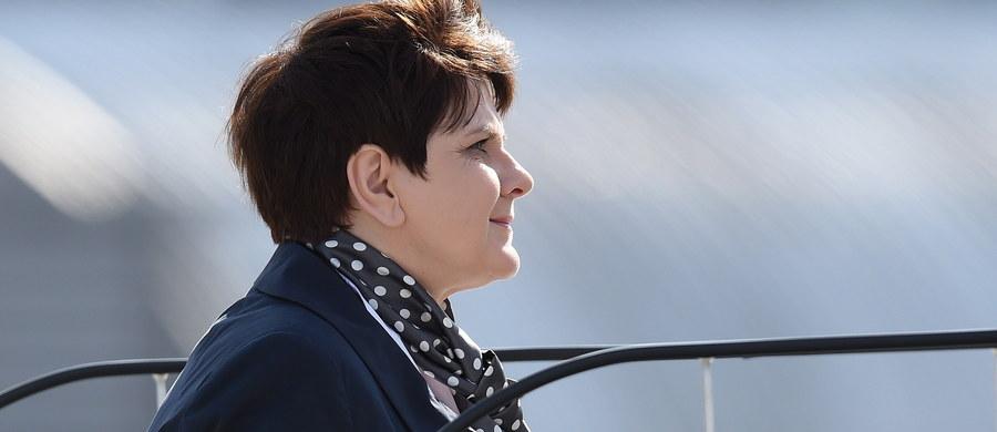 Deklaracja Rzymska zostanie przyjęta, odpowiedzialnie mogę powiedzieć, że wynegocjowany tekst mogę podpisać, bo jest on dla Polski bezpieczny i polskie postulaty zostały spełnione - poinformowała premier Beata Szydło. Te zapewnienia padły przed wylotem szefowej rządu na szczyt UE do Rzymu.